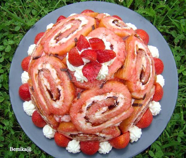 truskawki, rolada, deser, ciasto, owoce, bernika, charlotte, charlotte royale, kulinarny pamietnik