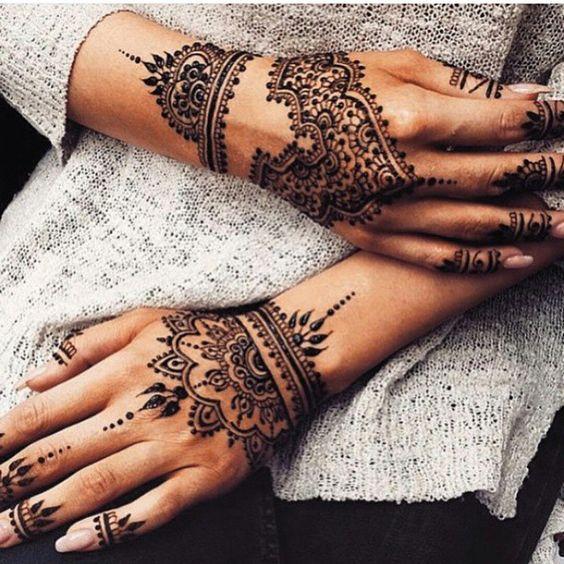 fotos de una modelo con tatuajes de henna sencillos y muy femeninos