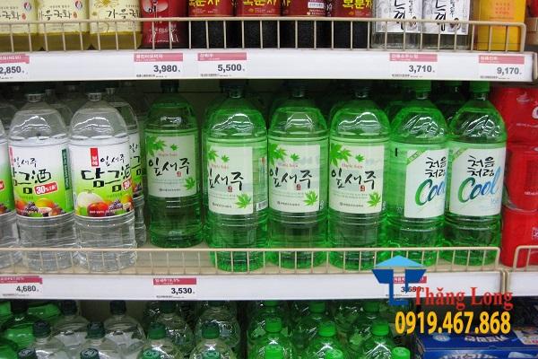 Giá kệ trưng bày rượu trong cửa hàng, siêu thị