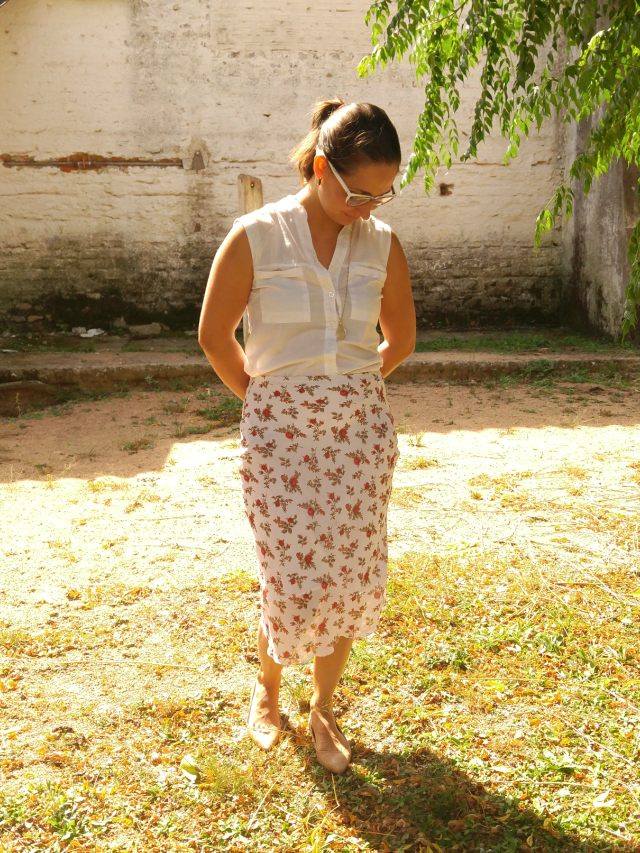 Saia floral branca e camisa sem mangas