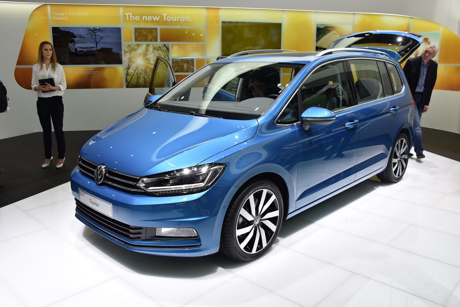 new vw touran looking good in r line outfit carscoops. Black Bedroom Furniture Sets. Home Design Ideas