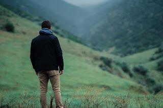 Un homme sur une prairie de montagne