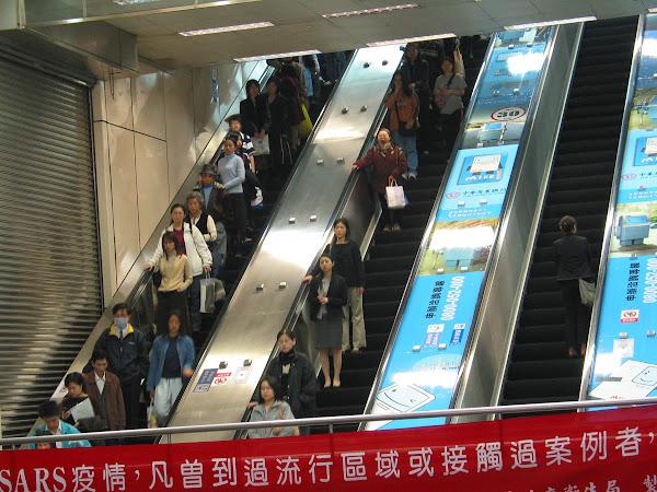 捷運站內自動靠右的人群,陳炳勳攝影