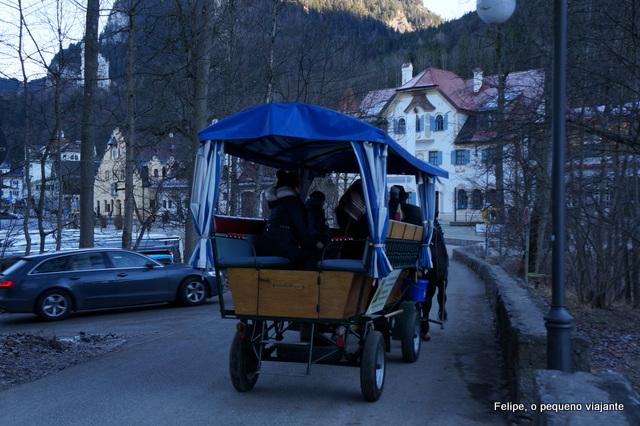 carruagem levando turistas até o Castelo de Neuschwanstein