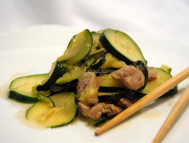 Calabacín salteado al Wok con Carne de Cerdo y salsa de soja