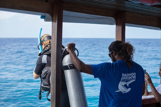 Photo of a guest and dive instructor on the dive boat of Rasdhoo Dive Centre