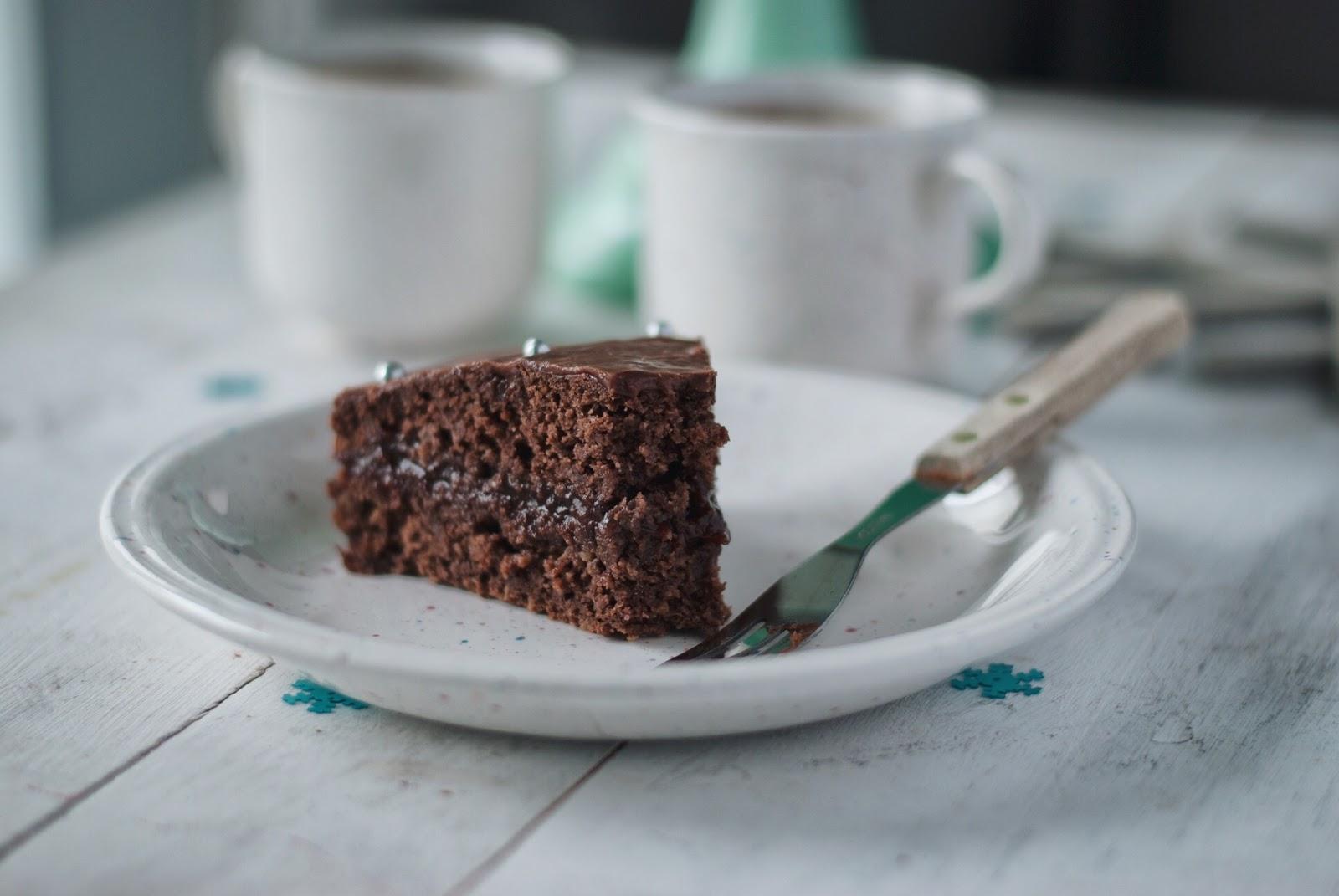 Wilgotny piernik z powidłami i polewą czekoladową