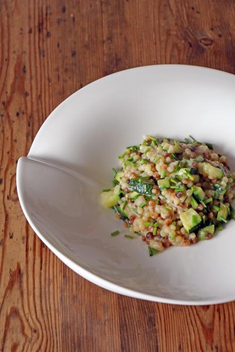 Risotto aus Fregola Sarda mit Zucchini und Schnittlauch