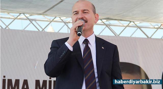 """DİYARBAKIR-16 Nisan'da yapılacak referandum çalışmaları kapsamında Diyarbakır'ın Hani ilçesine gelen İçişleri Bakanı Süleyman Soylu, """"1971'de muhtıra ve 80'lerde darbe yaptılar. Yetmedi, bu ülkeyi bir gün terörizmle; bir gün anarşiyle terbiye etmeye çalıştılar."""" dedi."""