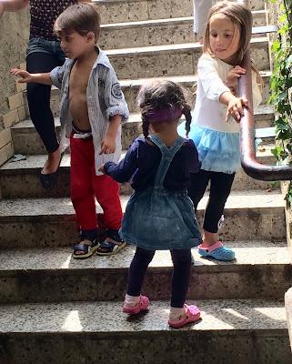 Dětské hry na schodech města