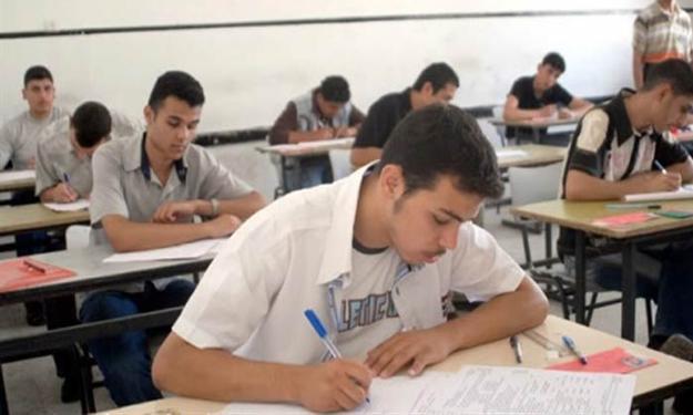 """تفاصيل خامس أيام امتحانات الثانوية ، طالبات يلجأن إلى """"البرشام"""" في باب الشعرية ."""