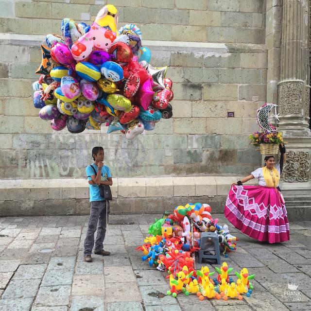 Vendedor de globos y china oaxaqueña en Oaxaca
