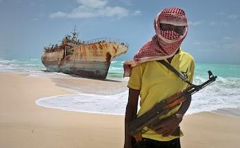 Πειρατές προσπαθούν να αιχμαλωτίσουν εμπορικό πλοίο και.. Δείτε πως τους αντιμετωπίζουν [video]