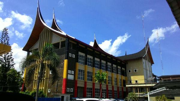 Kantor Gubernur Sumbar Dengan asitektur tradisional Minangkabau