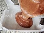 Prajitura boema preparare reteta blat - turnam compozitia in tava cu hartie de copt