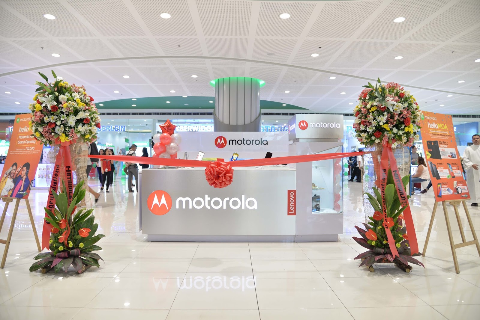 Say #HelloMOA and drop by the new Moto kiosk to score exclusive deals and freebies from July 8 -16!