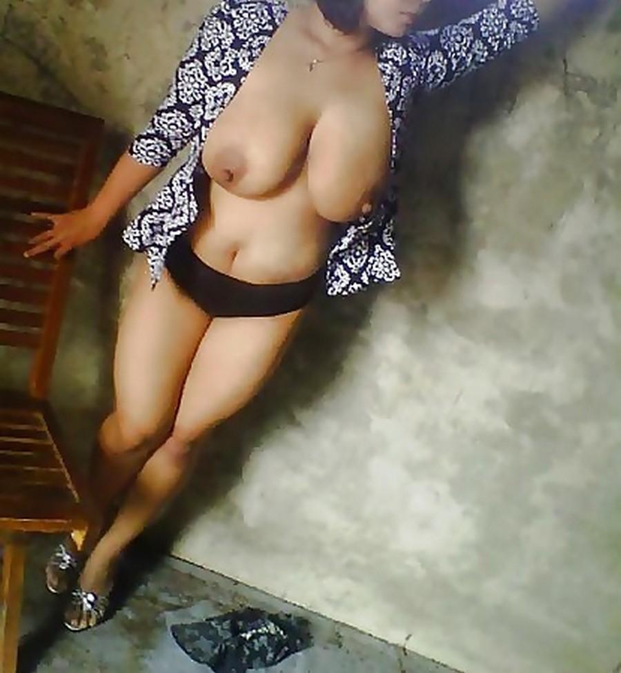 tante body semok toket gede lagi telanjang di loteng rumah kost. gambar porno cewek indo chubby payudara gede.