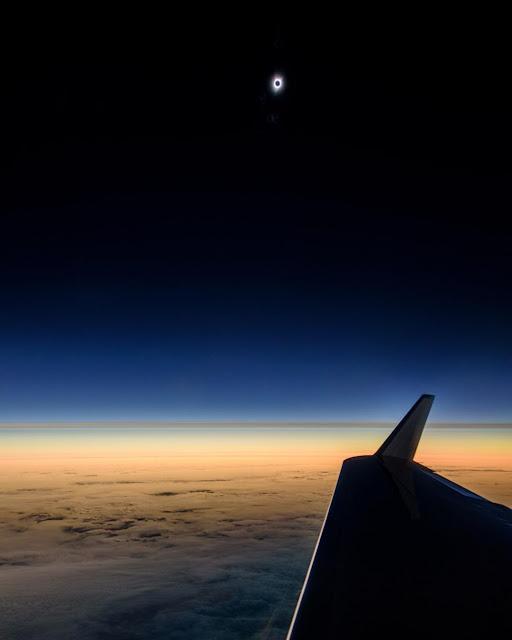 Nhật thực toàn phần nhìn từ một chuyến bay trên bầu trời Oregon. Hình ảnh: Babak Tafreshi.