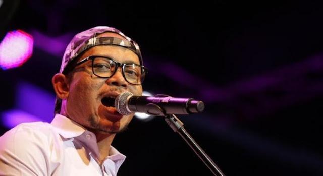 Menaker Hanif Dhakiri menunjukkan bakat menyanyinya di atas panggung.