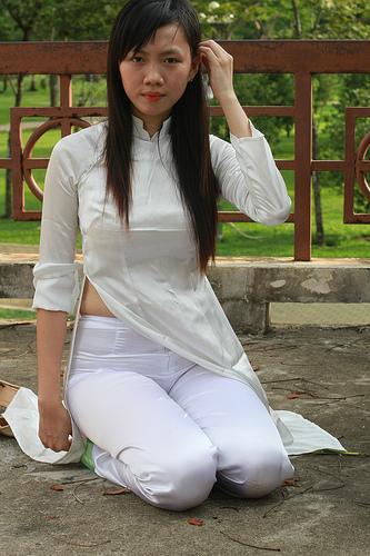 Nữ sinh với áo dài mỏng nhìn rõ đồ lót 12