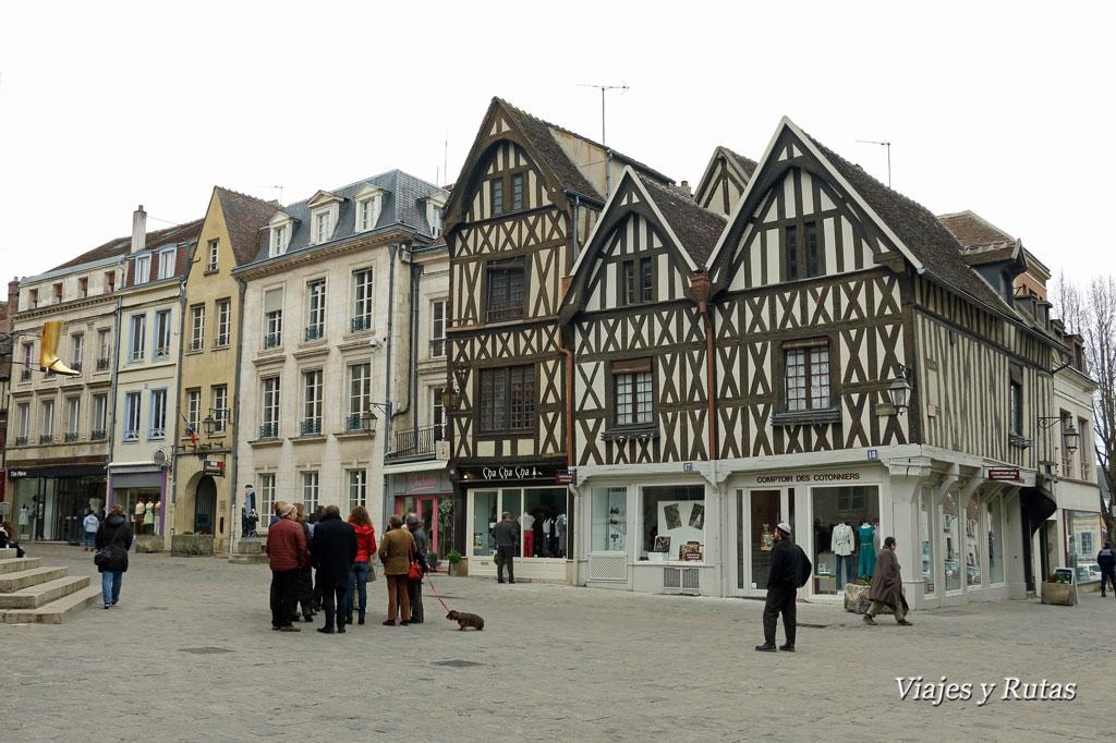 Plaza del Ayuntamiento de Auxerre, corazón de la Borgoña