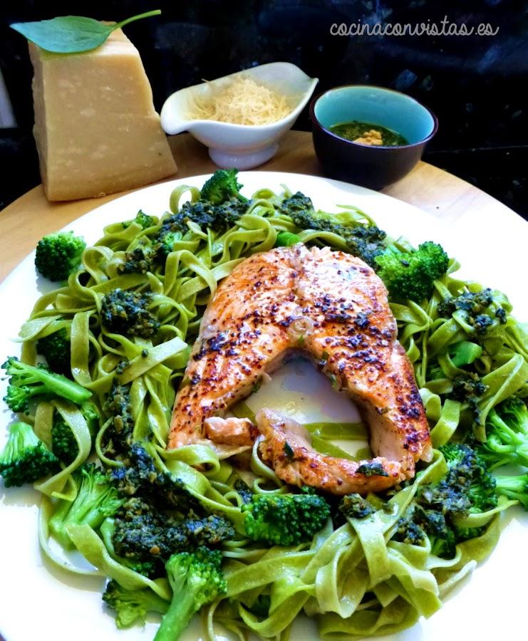 Salmón Tajín con Brócoli, Pasta y Pesto.