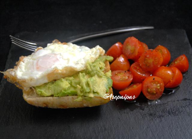 Tosta de Aguacate y Huevo Frito