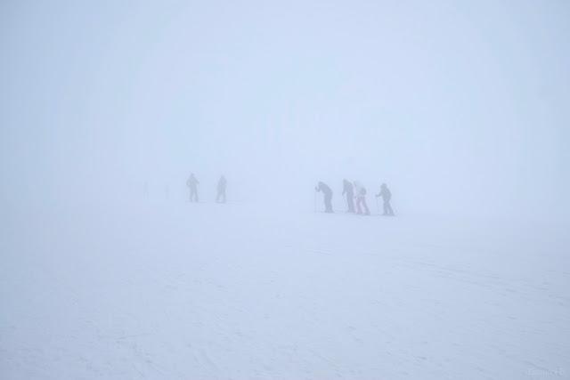 Sciatori nella nebbia a Campo Imperatore