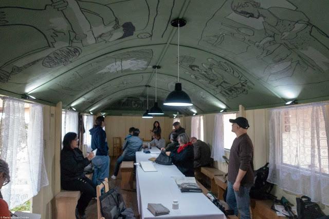 Vagão do Armistício - interior com desenhos de Poty Lazzarotto no teto