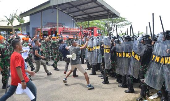 SIMULASI : Inilah salah satu adegan simulasi pengamanan Pemilu 2019 yang dilaksanakan oleh Lanud Supadio.  Foto dari Kepala Penerangan Pangkalan TNI AU Supadio