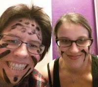 Daniela und Julia mit Kriegsbemalung im Gesicht beim Lasertag