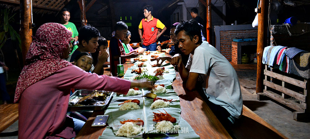menikmati hidangan bahari khas Pangandaran