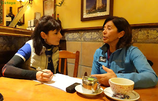 Foto de la alpinista Rosa Fernández tomando un café junto a Cotoya Pindia durante la entrevista