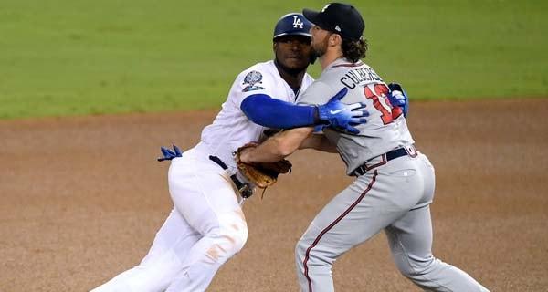 En el sexto inning Puig hizo un intento de robo demorado y fue capturado en segunda base, acto seguido el cubano le dio un beso en el cuello a Charlie Culbertson, el torpedero de los Bravos