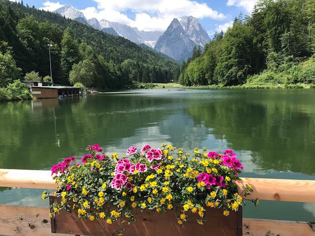 Bunte Sommerblumen-Hochzeit am See und in den Bergen, Riessersee Hotel Garmisch-Partenkirchen, Bayern, nahe der Zugspitze, Hochzeitsplanerin Uschi Glas