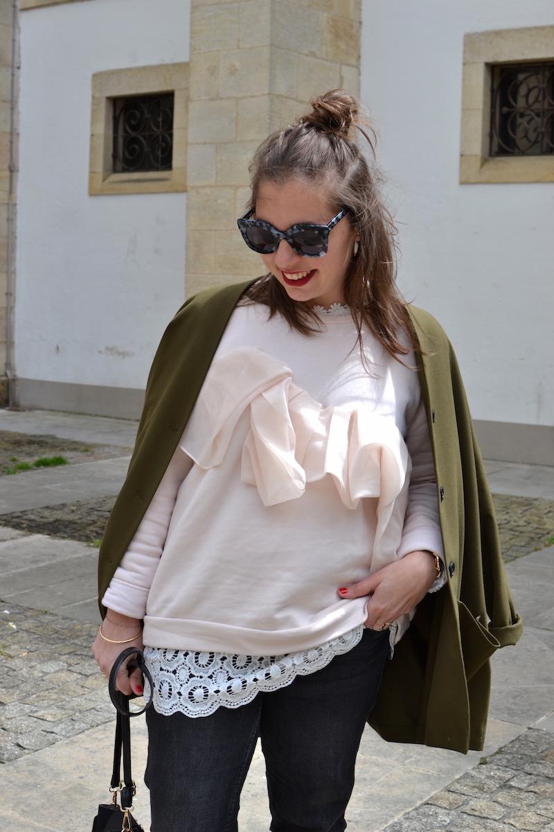 sweat cos a volant rose pastel, lunette de soleil jimmy fairly, jean noir Mango, sac like Chloé noir, veste kaki American Vintage