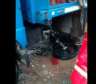 Um morre e outro fica ferido em colisão entre moto e caminhão na Paraíba