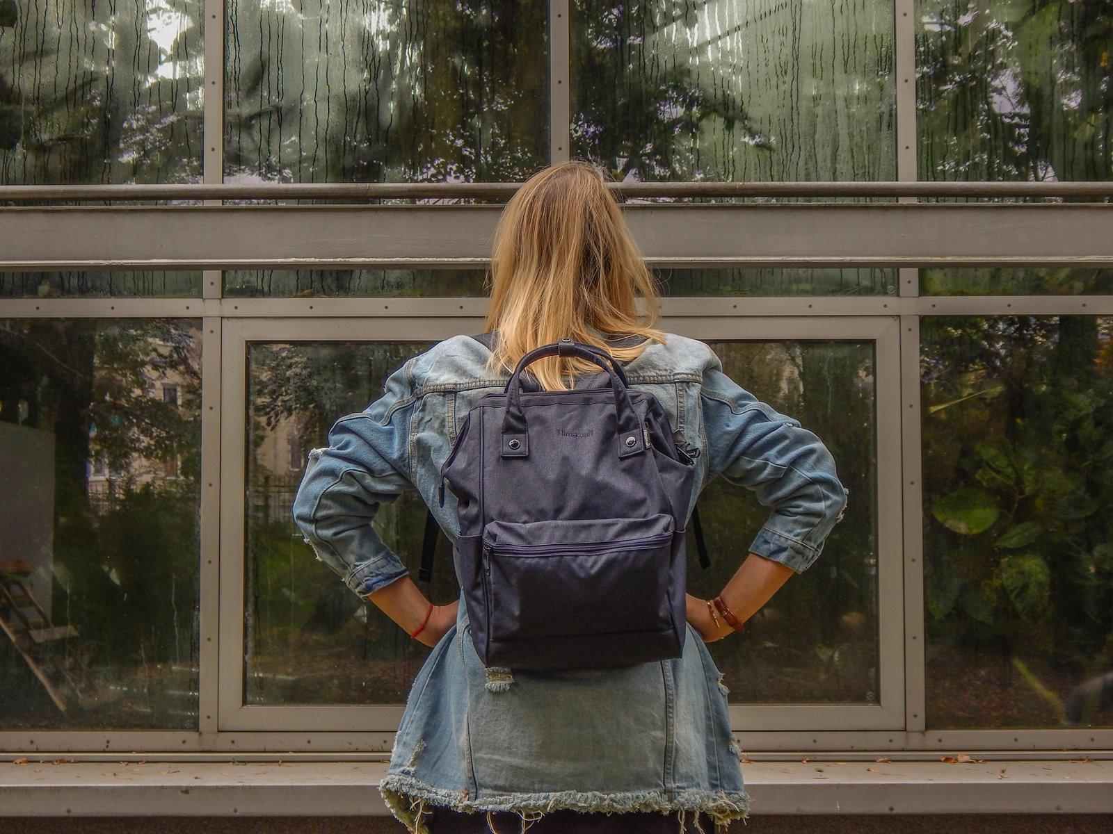 1 plecak idealny do szkoły pracy na wycieczki recenzja opinie jaki plecak kupić wybrać dla dorosłych sportowy elegancki designe jeans volcano answear kod zniżkowy stylizacja coca cola jeans denim style fashion