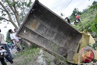 Truk Bawa Wisatawan Terjun Sungai, Tiga Meninggal