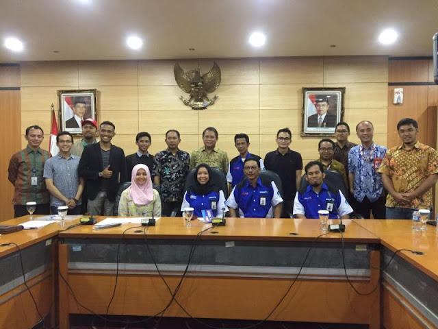 Menteri Kominfo, Rudiantara beserta jajarannya saat berfoto bersama para pemenang serta kontingen Indonesia dalam acara Konferensi Pers, yang digelar pada Jum'at siang kemarin (16/03/2018), bertempat di Ruang Ops Room Kementerian Kominfo. - (Rizky Putri S)