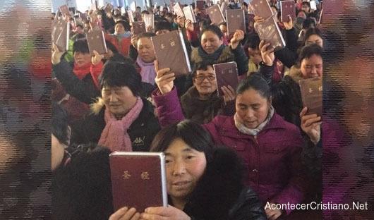 Cristianos chinos reciben Biblias