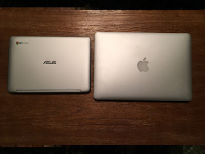 真上から撮影(左:Chromebook Flip、右:Macbook Pro 13)