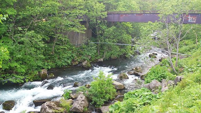 温泉前の川