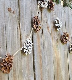 http://manualidadesnavidad.org/guirnalda-navidena-de-flores-hechas-con-pinas/