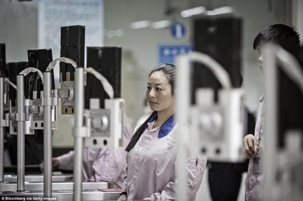 ـ صور من داخل المصنع السري لتجميع الآيفون في الصين ، ولماذا حرصت آبل على نشرها ؟ 1474911373_13.png