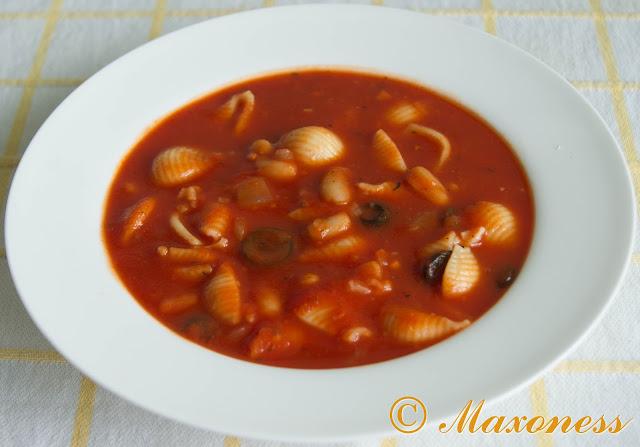 Томатный суп с пастой в средиземноморском стиле