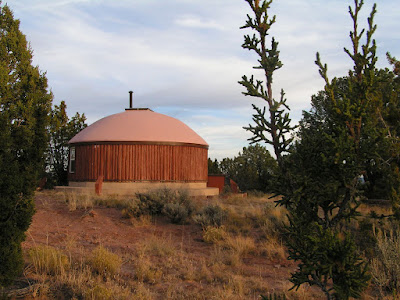 Хоган для молитвы на территории Института бахаи коренных народов Америки (NABI)