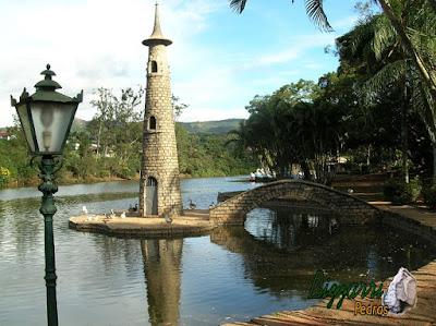 Pedra paralelepípedo para construção de torre de pedra no lago.