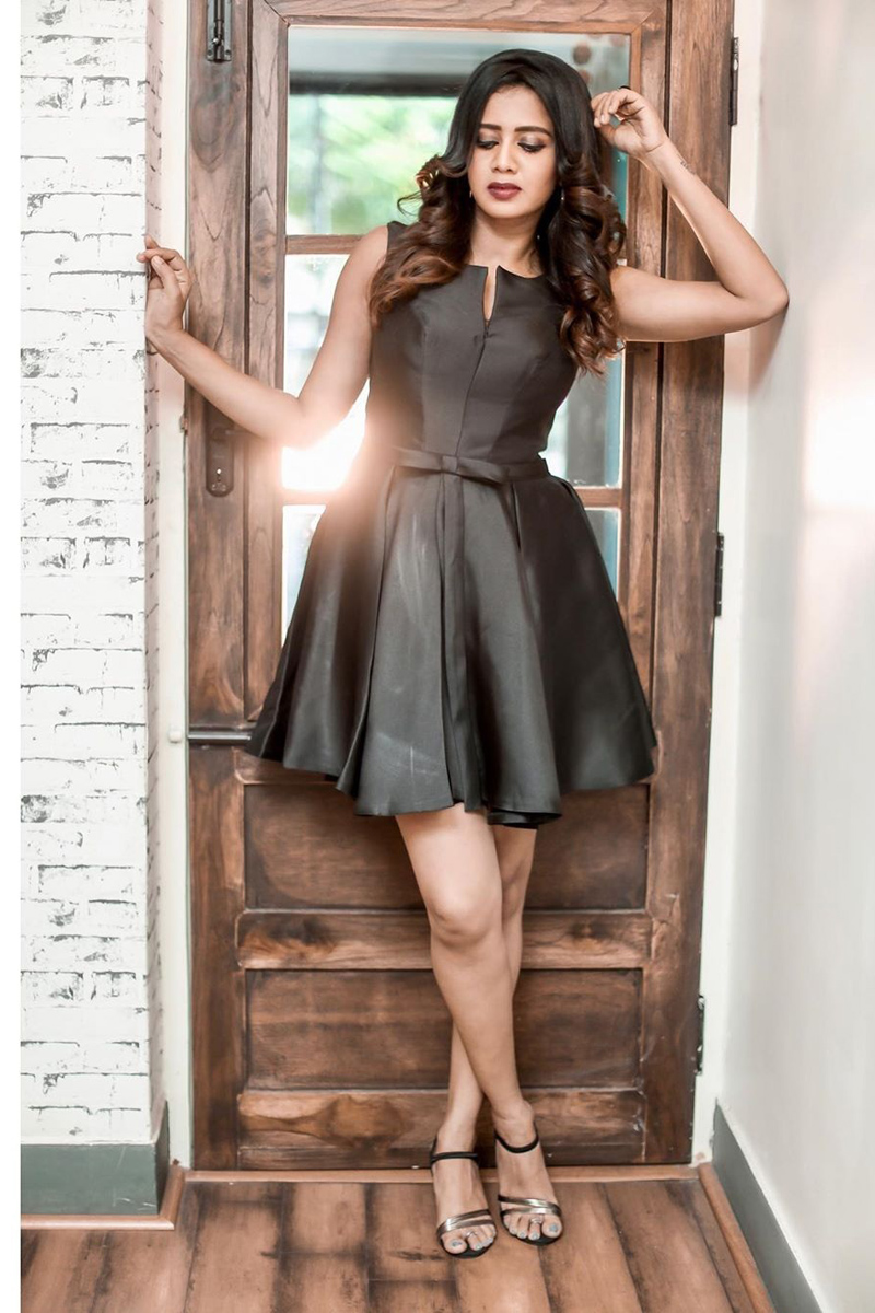 VJ Anjana Rangan dazzling look In Black Dress