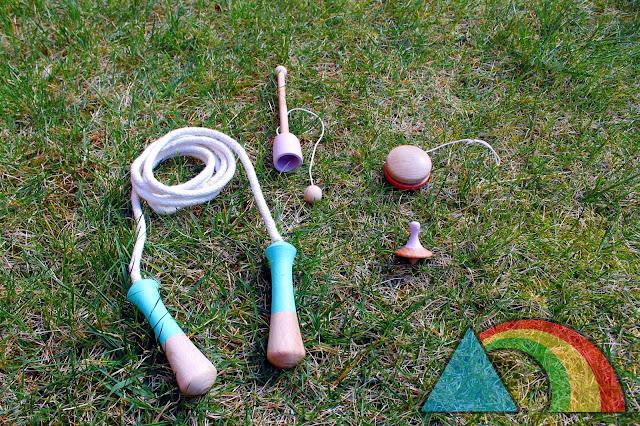 Conjunto de juguetes clásicos de madera: Comba, yo-yó, cloc-cloc y peonza